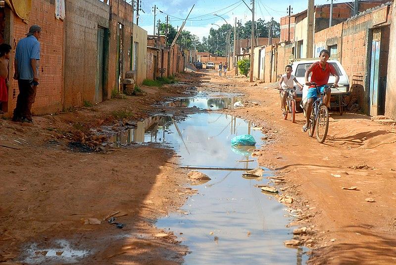Esgoto a céu aberto. Fonte: WalterCampanato - AgenciaBrasil. https://pt.wikipedia.org/wiki/Ficheiro:EsgotoCeuAbertoValterCampanatoAgenciaBrasil.jpg