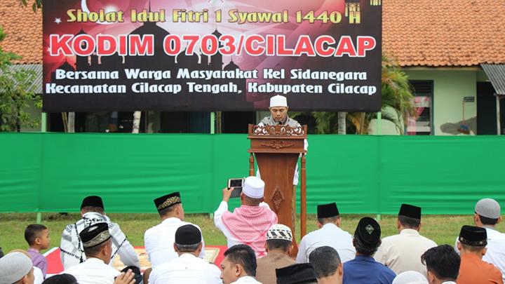 Warga Asrama Kodim Cilacap Bersama Warga Kelurahan Sidanegara, Sholat Ied Bersama