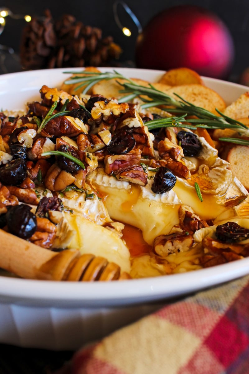 Cranberry Pecan Baked Brie is a gorgeous appetizer that you can make in just 15 minutes. It's the perfect choice for the holidays! #brie #appetizer