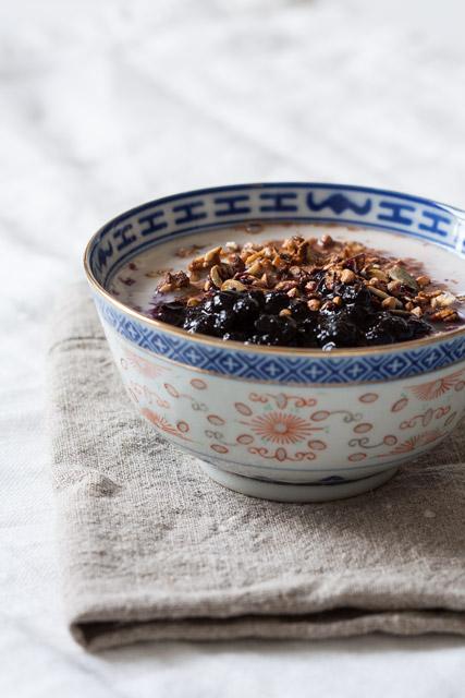 Prekonoćne ovsene pahuljice poslužene sa kuvanim borovnicama i granolom