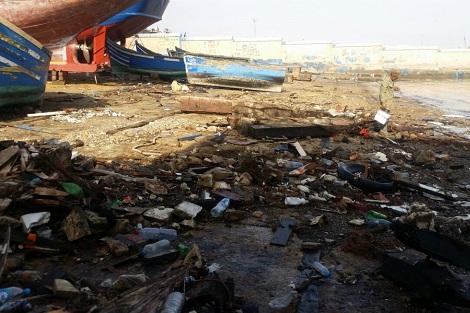 نفايات وزيوت محركات بميناء الصيد تهدد بكارثة بيئية في أكادير