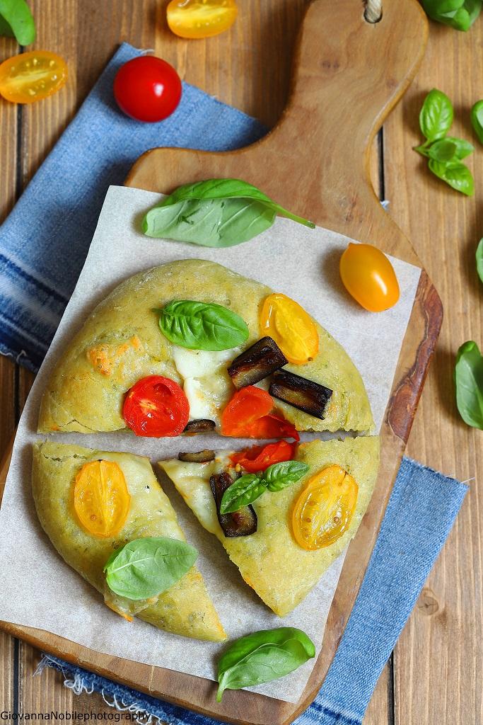 Pizza al pesto con pomodorini e melanzane