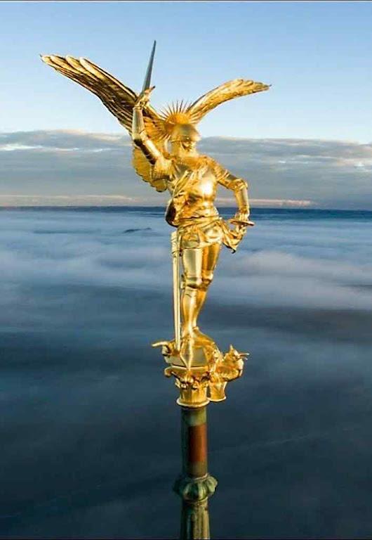 A célebre estátua de São Miguel no topo da agulha.