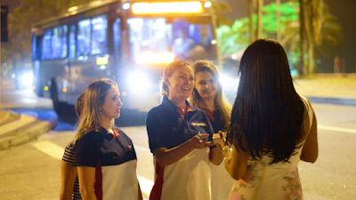 Andressa Urach evangeliza prostitutas e moradores de rua no Rio