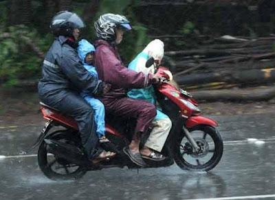 6 Jenis Jas Hujan Yang Awet untuk di Pakai saat Musim Hujan