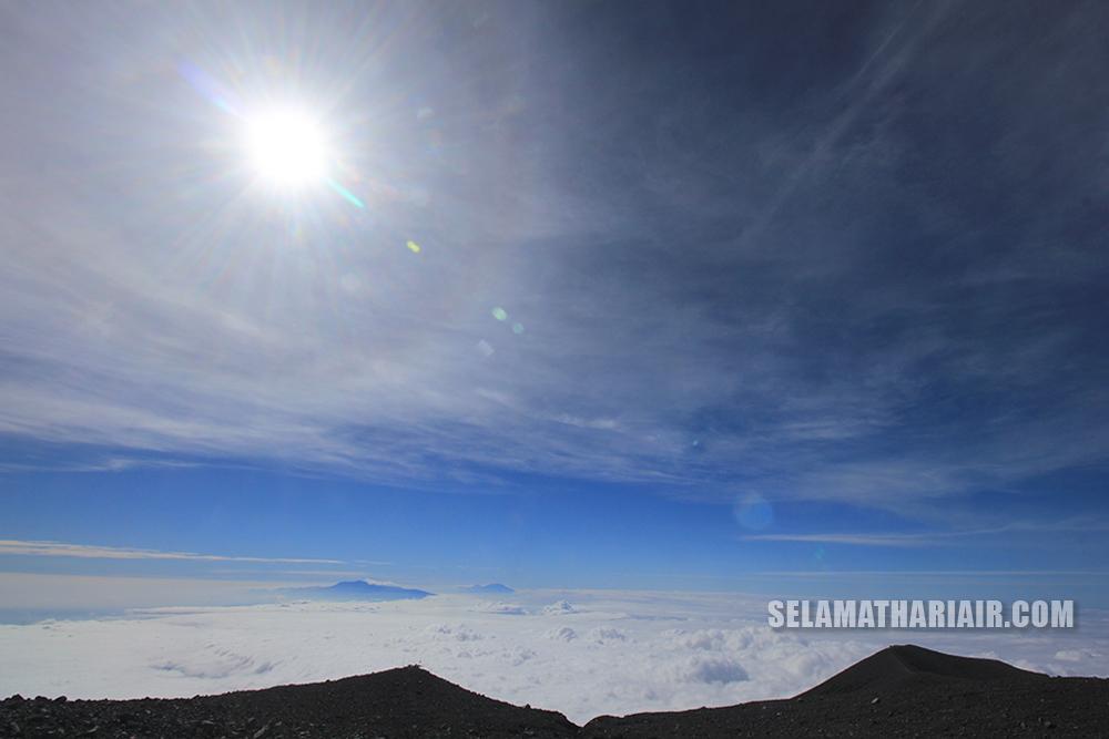 lautan awan dari Puncak Gunung Semeru