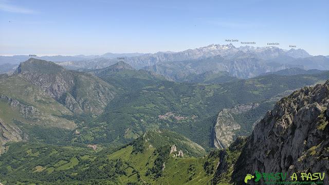 Vista hacia los Picos de Europa, Carriá y Pierzu desde el Tiatordos