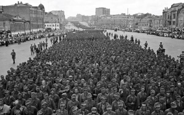 Η «παρέλαση των ηττημένων»: Όταν χιλιάδες αιχμάλωτοι ναζί βάδιζαν στους δρόμους της Μόσχας