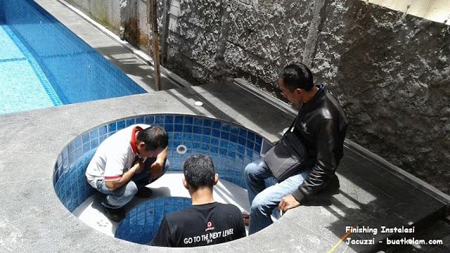 proses finishing kolam renang jacuzzi di cibubur