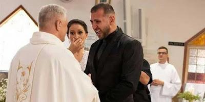imagem de sacerdote celebramos casamento de casal de curdos