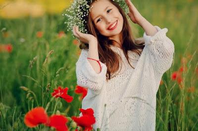 flores rojas verde suéter blanco sonrisa niña rubia linda jardín ternura hilo rojo