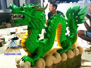 Sepasang Patung naga pembuatan dari batu alam putih yang di cat hijau