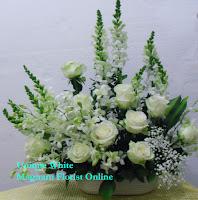 Vas Bunga Mawar Putih dan Dendrobium