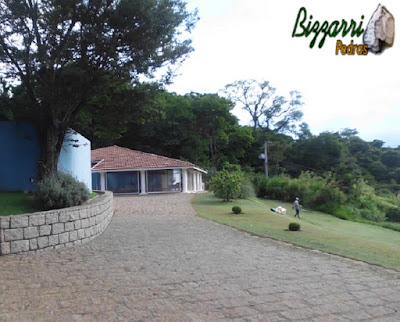 Calçamento de pedra rústica em frente a casa de hóspede na sede da Fazenda em Bragança Paulista-SP.