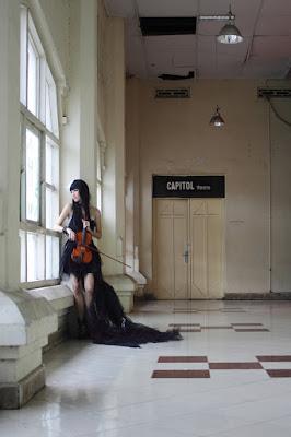 Cosplayer Makassar Gaun HItam Model di Gedung Kesenian