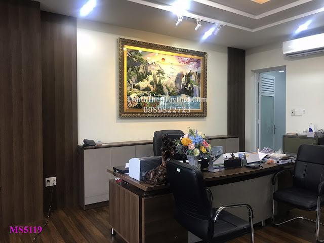 Tranh thêu sơn thủy hữu tình được khách đến cửa hàng tranh thêu tay tphcm chọn mua để treo phòng làm việc