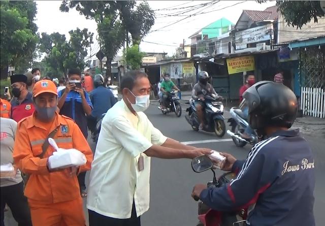 Kolaborasi Berbagai Pihak Bagikan Takjil Gratis di Wilayah Kecamatan Makasar