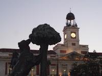 Reloj puerta del sol Madrid y oso con madroño símbolo de la ciudad