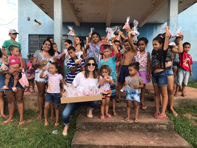 Lúcia Bicalho, do CDDF e Tita Fênix, da Corrente do Bem, distribuem 300 kits de Páscoa em Santo Antônio do Descoberto.