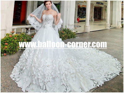 Gaun Pengantin Dengan Hiasan Rose Petals Putih
