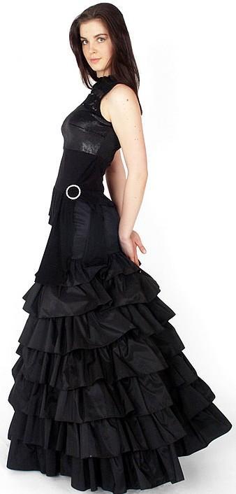 Foto de una mujer con vestido largo con pliegues
