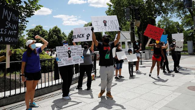 """""""También estamos enojados"""": Policías bajan las armas y se unen a una protesta por la muerte de Floyd"""