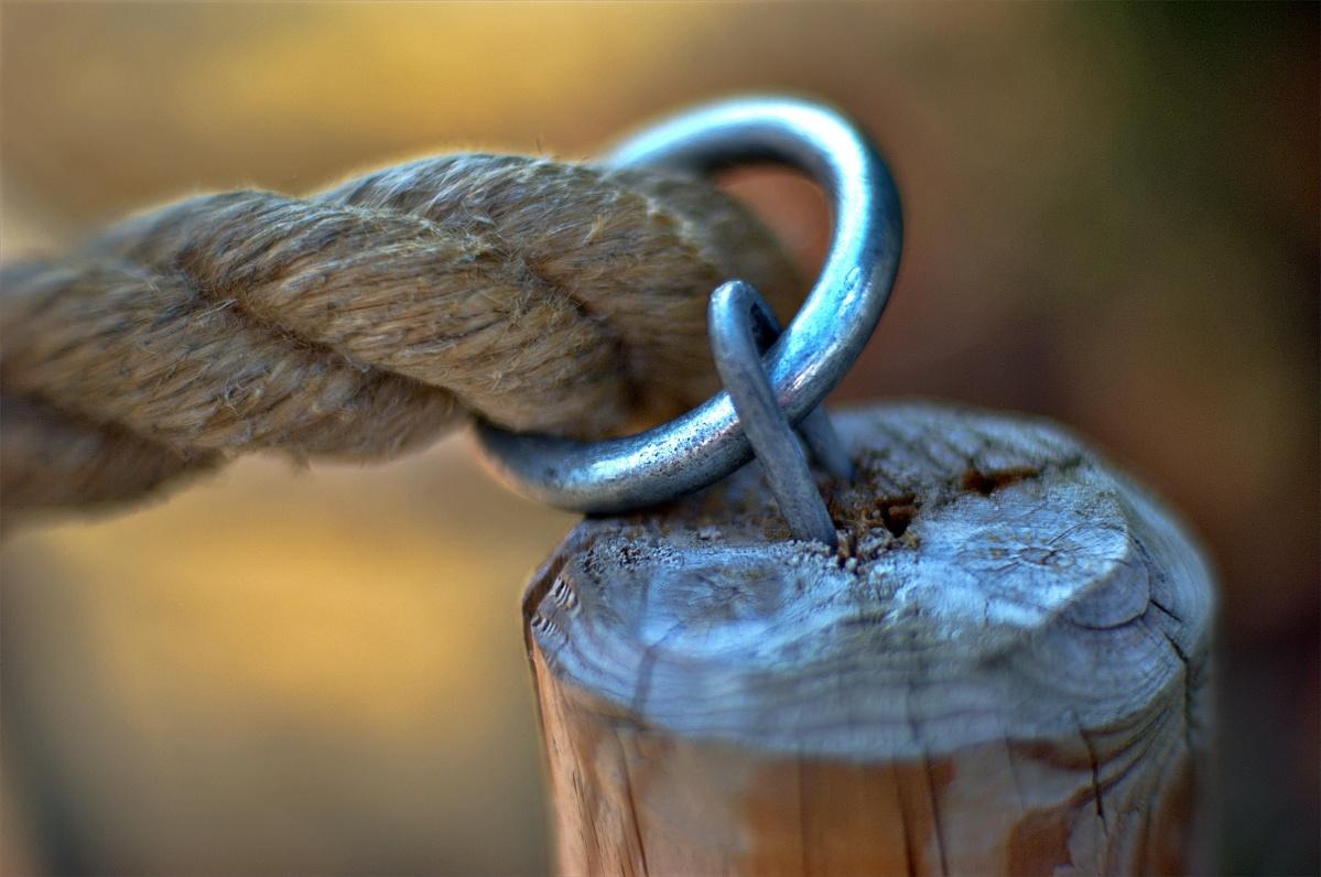 Zaunpfahl mit Seil