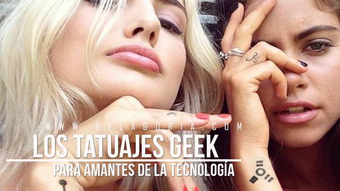 Dos amigas con tatuajes geek de tecnología
