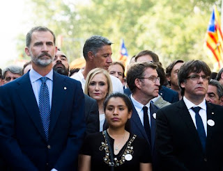 Fotografía de la manifestación en apoyo a las víctimas de los atentados de Barcelona y Cambrils con el rey Felipe VI y el presidente de Cataluña Carles Puigdemont