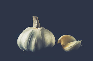 Garlic home remedie for pimple and acne