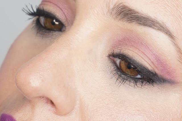 Delineado y labios morados