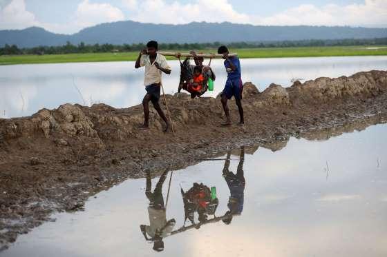 Kakek%2Bdan%2Bcucu%2BRohingya - Foto-Foto Terbaru Pengungsi Rohingya, Dijamin Berkaca-kaca Melihatnya