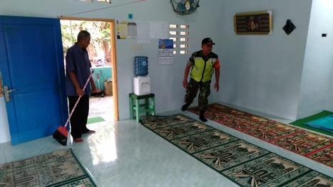 Bersama Jamaah, Babinsa 13 Buntu Pane Bersihkan Masjid Al Hidayah