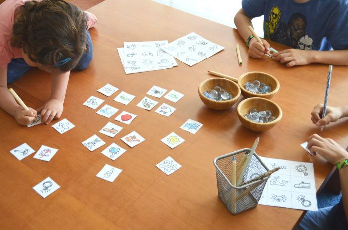 juego para adquirir conciencia fonológica: bingo de rimas, pintando las tarjetas