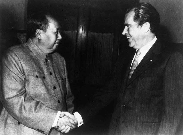 Enquanto Mao matava milhões de fome e violência, o presidente NIxon foi lhe entregar um manancial de recursos para tirá-lo da miséria e faze-lo líder de uma potência econômica