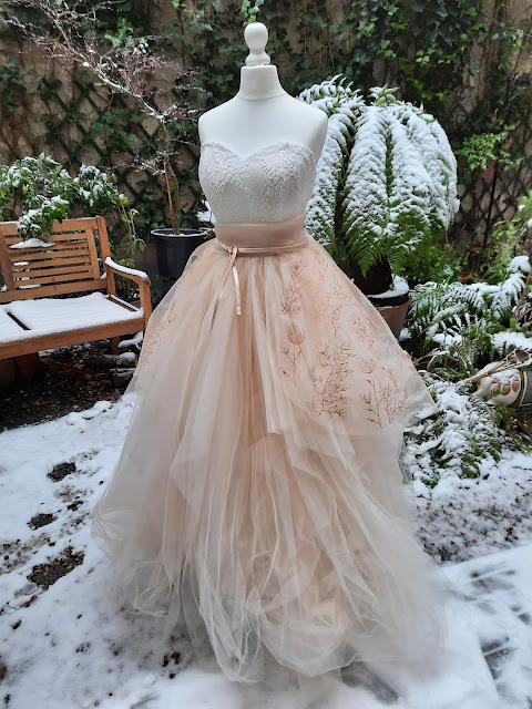 Robe tulle et organza peint à la main, motifs végétaux dorés, mariage d'hiver, robe blush