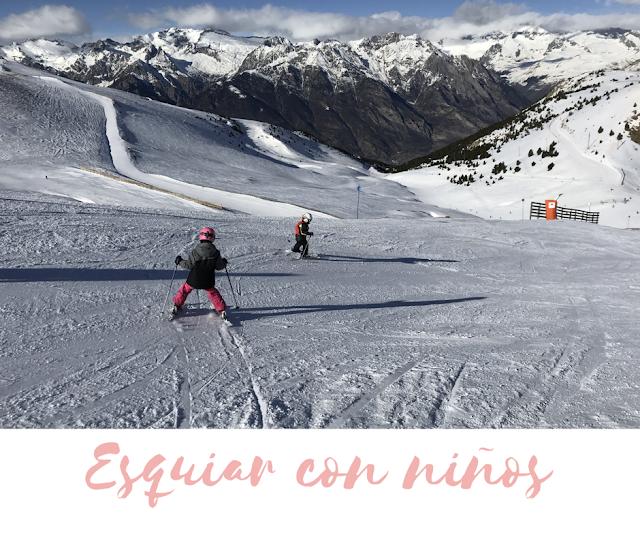 Niños deslizándose por una pista de esquí