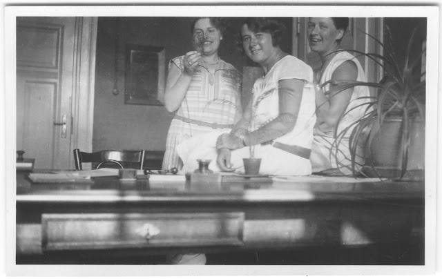 Drei Damen im Büro mit Wasserwelle, Bubikopf und Palme