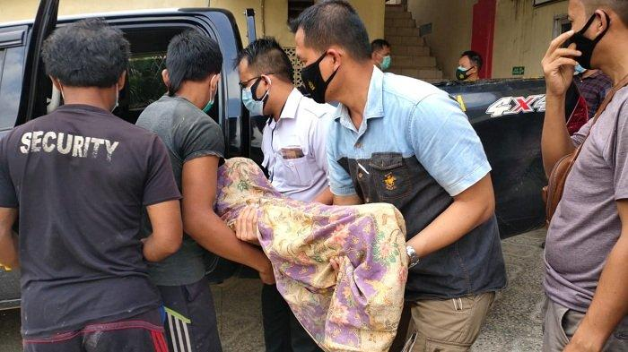 Tak Punya Uang Sewa Mobil Jenazah, Armi dan Suami Memangku Jenazah Anaknya di Mobil Patroli Polisi