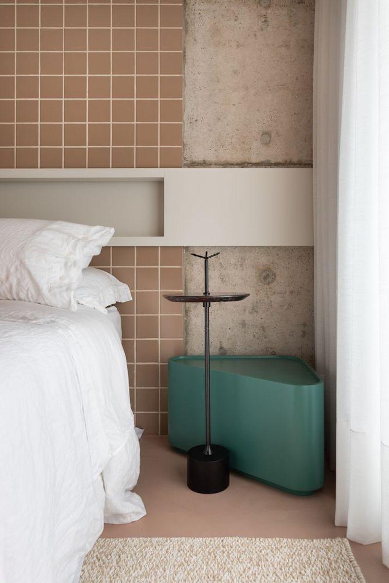 Separar habitaciones con muebles en lugar de con paredes: dormitorio con pared de frente alicatada.