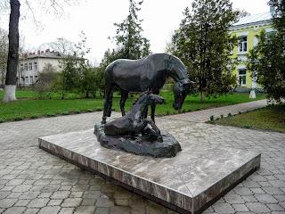 Дібрівка. Кінний завод. Скульптура коня і лоша