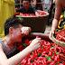 चीन में होती है अनोखी प्रतियोगिता जहाँ लोगो में लाल मिर्च खाने की मचती है होड़