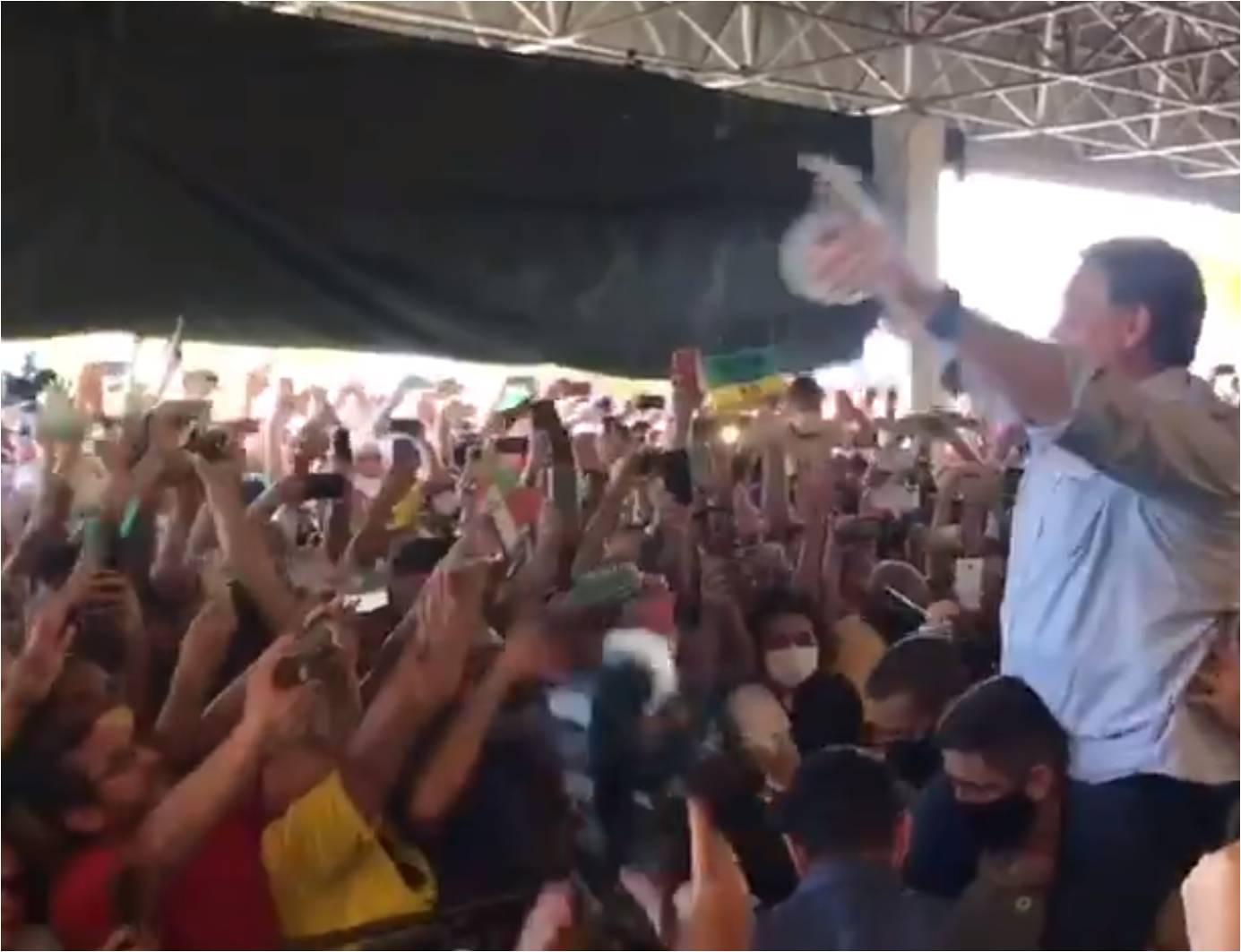 "VÍDEO: Bolsonaro é recebido aos gritos de ""mito"" por multidão no Nordeste"