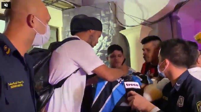 Ronaldinho vui vẻ ký tặng người hâm mộ khi rời nhà tù