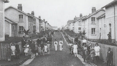 Boulevard de Verdun-Cité des Gautherets, les habitants, tous polonais, travaillaient aux seuls puits d'extraction Saint-Amédée et Darcy et s'organisaient autour de leurs propres magasins et lieux de loisirs. (collection privée)