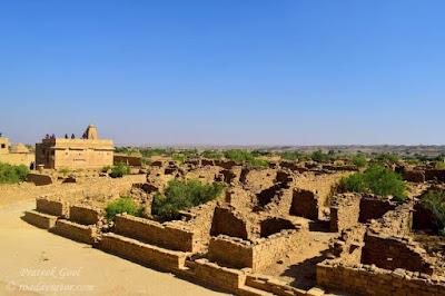 कुलधरा गाव (जैसलमेर,राजस्तान  ) Top five horror place in india के हमारी दूसरी जगह है राजस्तान के जैसैल्मेर जिले का कुलधरा गाव .कहते है अज से करीबन 150 साल पहले इस गाव में पलिवन ब्राम्हण रहा करते थे .लेकिन कहते हे एक अयस्सी के जुल्म के चलते इस गाव के लोगो ने एक ही रात में यह गाव खली कर दिया था और जाते जाते यह अभिशाप दे गए की अज के बाद इस गाव में कोई भी नहीं रह पायेगा .