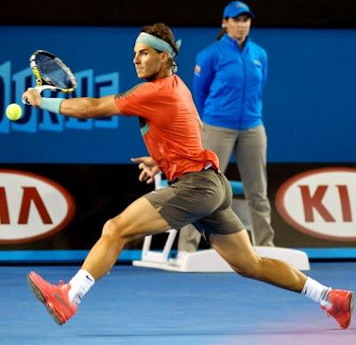 Foto de Rafael Nadal en plena jugada de tenis