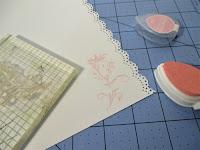 Ponemos un sello en todas las páginas del libro de firmas de scrapbooking