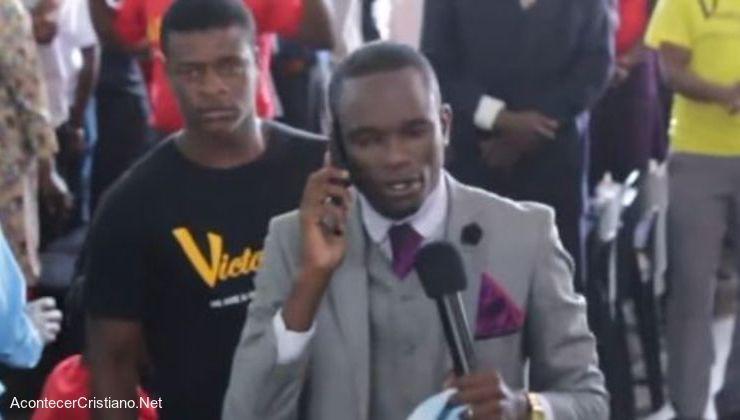 Pastor habla con Dios por teléfono