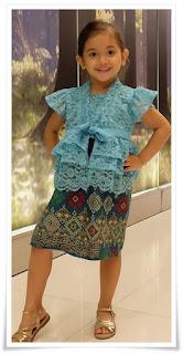 2. Baju kebaya brokat modern warna biru padu padan dengan rok batik